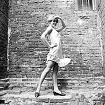 Gli anni 60 furono soprattutto gli anni della minigonna. La sua apparizione  (1965) 38a6e76f7cf